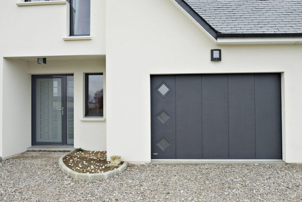 porte de garage isolante à déplacement latéral avec vitrage